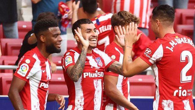 Fotbalisté Atlétika Madrid se radují z gólu.