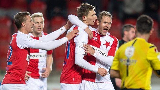 Fotbalisté Slavie (zleva) Tomáš Souček, Milan Škoda a Karel Piták oslavují gól.