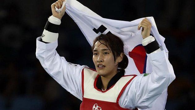 Korejka Kim Su-hui slaví olympijský triumf v taekwondu ve váze do 49 kg.