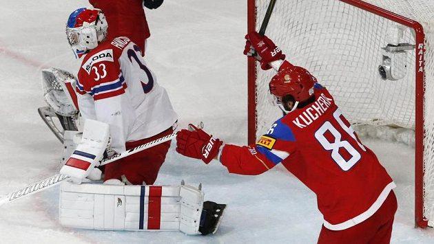 Český brankář Pavel Francouz překonán, raduje se ruský útočník Nikita Kučerov.