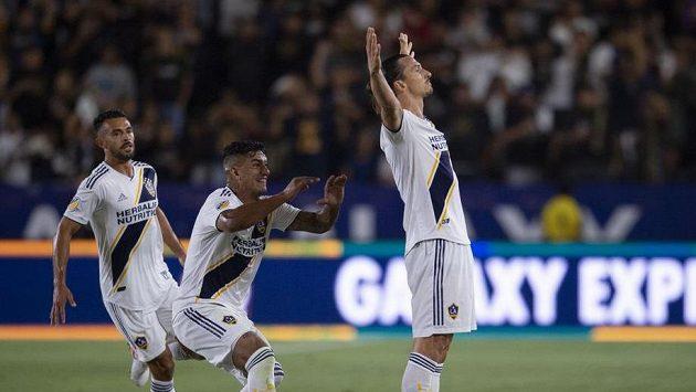 Švédský fotbalový útočník Zlatan Ibrahimovic (vpravo) slaví gól proti městskému rivalovi Los Angeles FC.