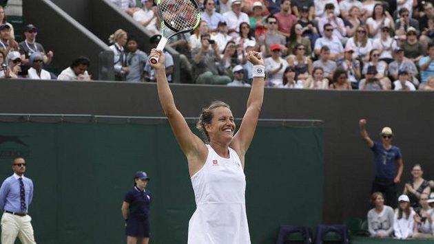 Barbora Strýcová se raduje z postupu do osmifinále Wimbledonu.