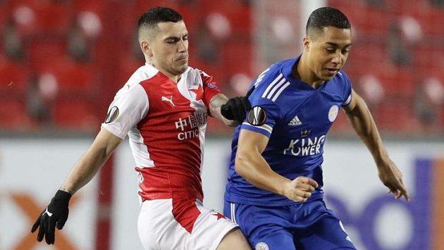 Youri Tielemans z Leicesteru v akci během utkání Evropské ligy na Slavii. Na hráče anglického týmu dotírá Nicolae Stanciu.