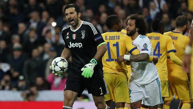Brankář Juventusu Gianluigi Buffon odchází z trávníku poté, co byl v nastavení čtvrtfinálové odvety LM vyloučen.