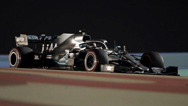 Britský mistr světa Lewis Hamilton na trati Velké ceny Bahrajnu.