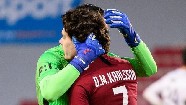 Neboj, zase ti bude líp... Brankář Florin Nita a David Moberg Karlsson ze Sparty Praha.
