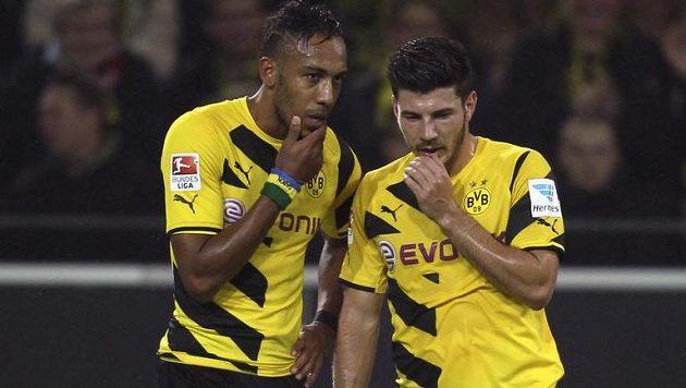 Pierre-Emerick Aubameyang (vlevo) a Miloš Jojič z Dortmundu jakoby se domlouvali, jak na fotbalisty Stuttgartu.