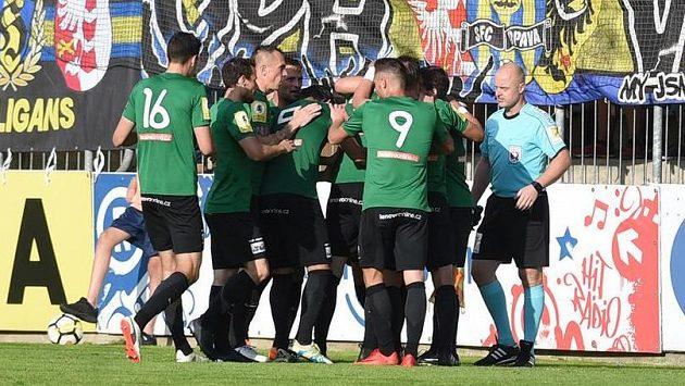 Hráči Příbrami se radují z gólu v Opavě.