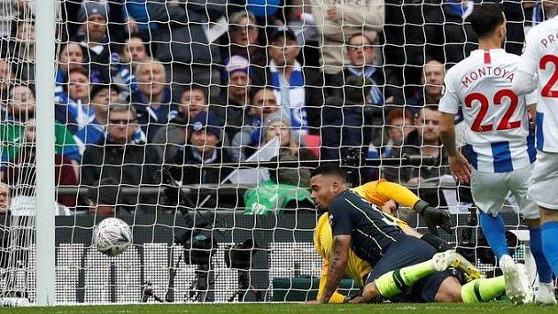 Útočník Manchesteru City Gabriel Jesus střílí jediný gól v semifinále FA Cupu proti Brightonu.