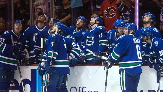 Hráči Vancouveru sledují opakovaný záběr kuriózního vlastního gólu Dennise Widemana.