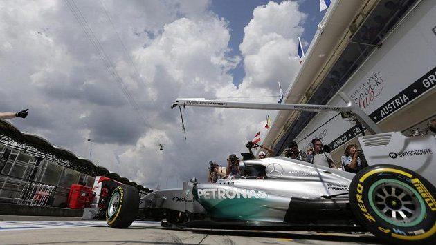 Pilot Mercedesu Lewis Hamilton v boxech během kvalifikace na Velkou cenu Maďarska.