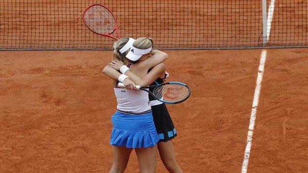 Maďarka Timea Babosová (vpředu) a Francouzka Kristina Mladenovicová slaví vítězství v deblu na French Open.