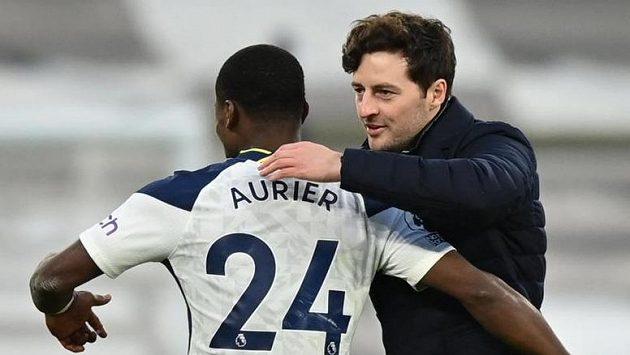 Kouč Tottenhamu Ryan Mason a Serge Aurier po utkání se Southamptonem.