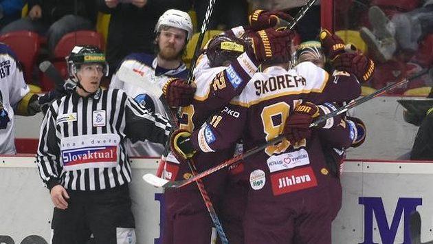 Hokejisté Jihlavy se radují z gólu.