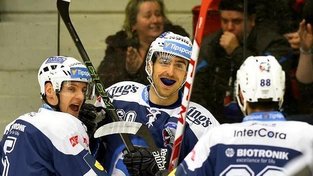 Plzeňští hokejisté (zleva) Jakub Jeřábek, Michal Moravčík a Erik Hrňa se radují z gólu v Karlových Varech.