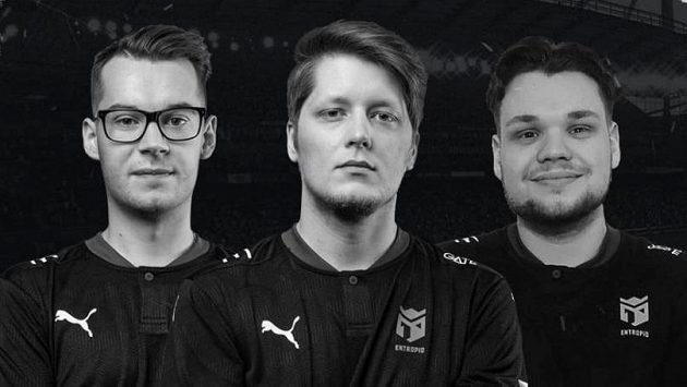 """U esportové organizace Entropiq končí trojice FIFA hráčů Patrik """"Huhnak"""" Hornák (vlevo), Štěpán """"RIIJK"""" Sobocki (uprostřed) a Owen """"Venny"""" Venn."""