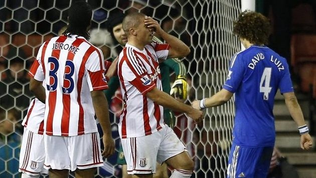Jsem to ale pako, zoufal si před Petrem Čechem nešťastník Jonathan Walters, když po dvou vlastencích ještě navrch zahodil penaltu...