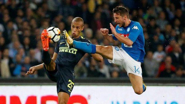 Neapolský Dries Mertens (vpravo) v souboji s Mirandou z Interu.