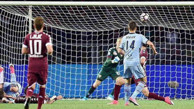 Fotbalista Sampdorie Patrik Schick (vpravo) dává gól proti Turínu.