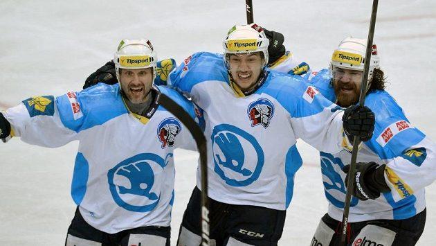 Plzeňský hokejista Jan Kovář (uprostřed) vede kanadské bodování play off extraligy.