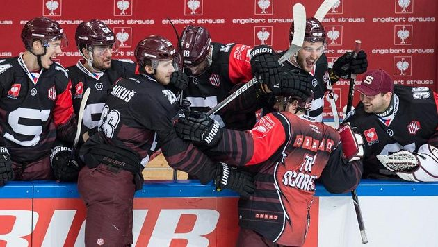 Budou se takto hokejisté pražské Sparty radovat v úterý večer z postupu do finále Ligy mistrů?