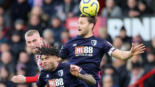 Simon Francis a Philip Billing z Bournemouthu v souboji s Oliverem McBurniem z Sheffieldu United.