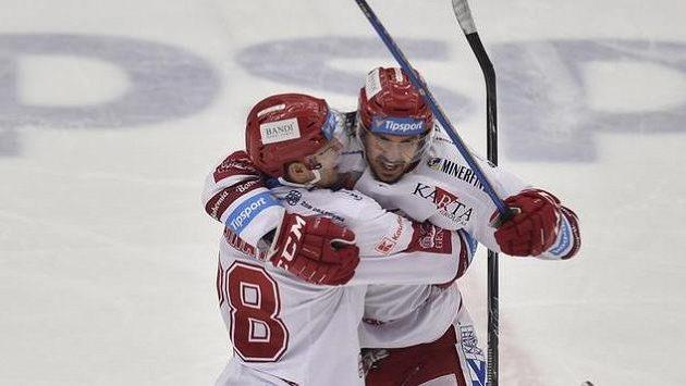 Střelec druhého gólu Třince Martin Gernát (vlevo) se raduje se spoluhráčem Matějem Stránským.