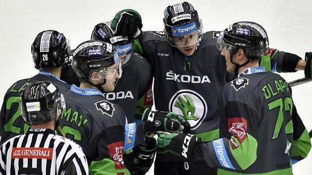 Hokejisté Mladé Boleslavi oslavují gól obránce Dlapy (vpravo) proti Chomutovu.