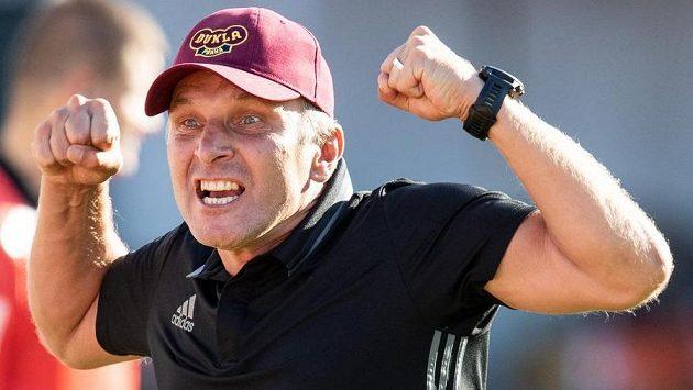 Takhle trenér Dukly Praha Roman Skuhravý oslavuje vítězství...