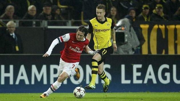 Tomáš Rosický uniká Marcu Reusovi z Dortmundu.