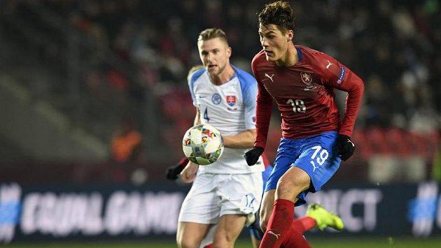 Patrik Schick střílí vítězný gól proti Slovensku.