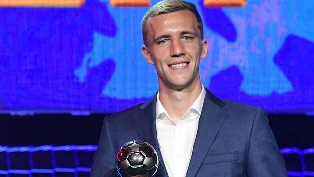 Záložník Slavie Tomáš Souček převzal cenu pro nejlepšího hráče sezony první fotbalové ligy.