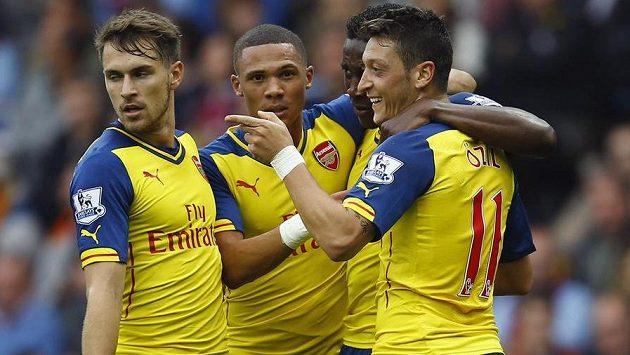 Radost fotbalistů Arsenalu z gólu v ligovém utkání proti Aston Ville.