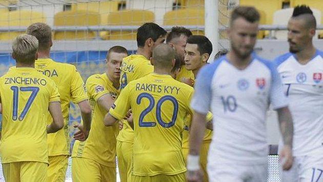 Ukrajinští fotbalisté se radují z gólu Andrije Jarmolenka proti Slovensku - ilustrační foto.