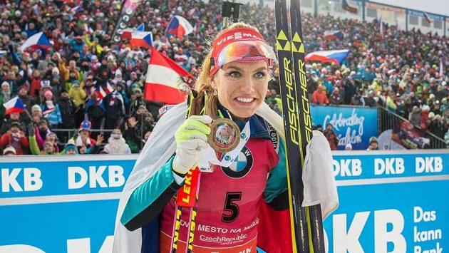 Gabriela Koukalová ze zlatou medailí za vítězství v závodu s hromadným startem na 12,5 km ve Vysočina Areně.