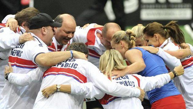 Český tým se raduje z vítězství Petry Kvitové, kterým poslala české tenistky do finále Fed Cupu.