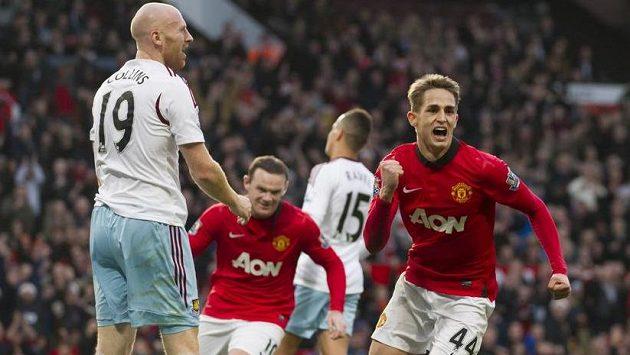 Vycházející hvězda Manchesteru United Adnan Januzaj (44) slaví gól v duelu s West Hamem United.