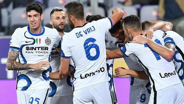 Fotbalisté Interu Milán se radují z branky