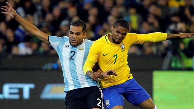 Brazilec Douglas Costa (vpravo) v souboji s Gabrielem Mercadem z Argentiny.