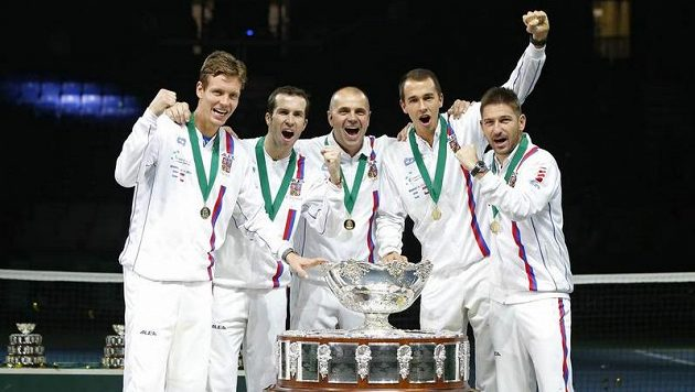 Česká tenisová parta po roce znovu s cennou trofejí (zleva) Tomáš Berdych, Radek Štěpánek, kapitán Vladimír Šafařík, Lukáš Rosol a Jan Hájek.