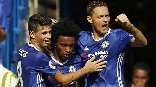 Chelsea se raduje - zleva Oscar, Willian a Nemanja Matič.