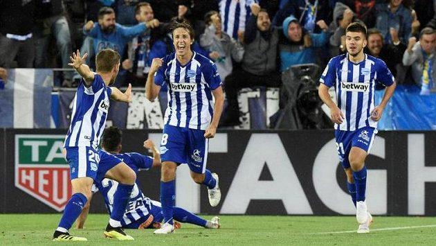 Hráči Alavése se radují z gólu proti Realu. Autor branky Manu Garcia není na snímku.