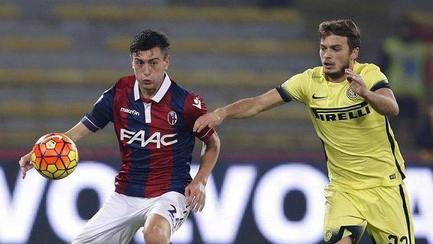 Jeison Murillo (vlevo) z Boloni s Ademem Ljajičem z Interu Milán. Ilustrační snímek.