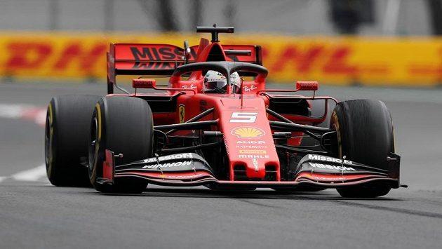 Němec Sebastian Vettel v tréninku na nedělní Velkou cenu Mexika.