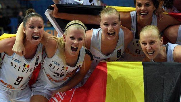 Hráčky Belgie se radují na ME z bronzových medailí.