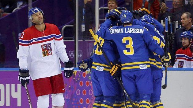 Radost švédských hráčů ostře kontrastovala s výrazem Petra Nedvěda.