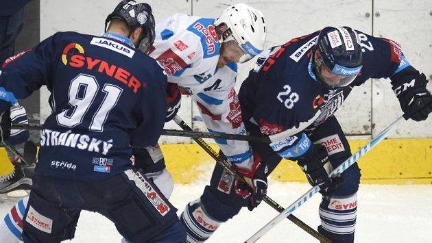 Chomutovský útočník Marek Tomica se snaží probít přes dvojici libereckých hráčů Jana Stránského a Jana Plodka.