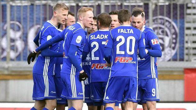 Hráči Olomouce se radují z branky.