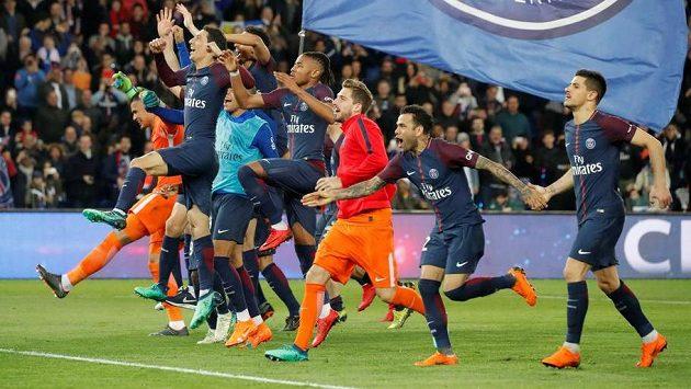 Hráči Paris St. Germain oslavují společně s fanoušky zisk titulu.