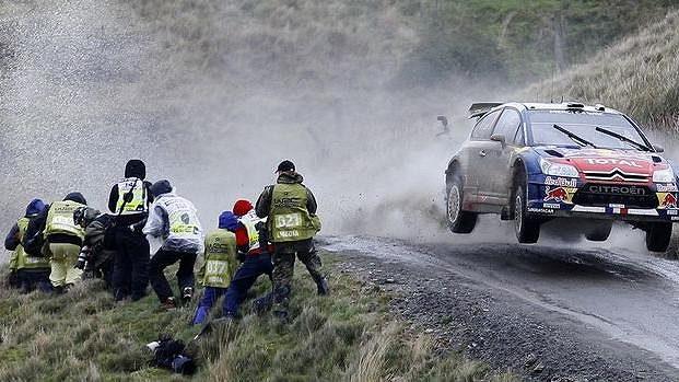 Sebastin Loeb se spolujezdcem Danielem Elenou s vozem Citroen WRC bojují na trati v Britské rallye.